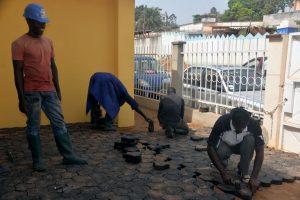 des-camerounais-couvrent-le-sol-de-paves